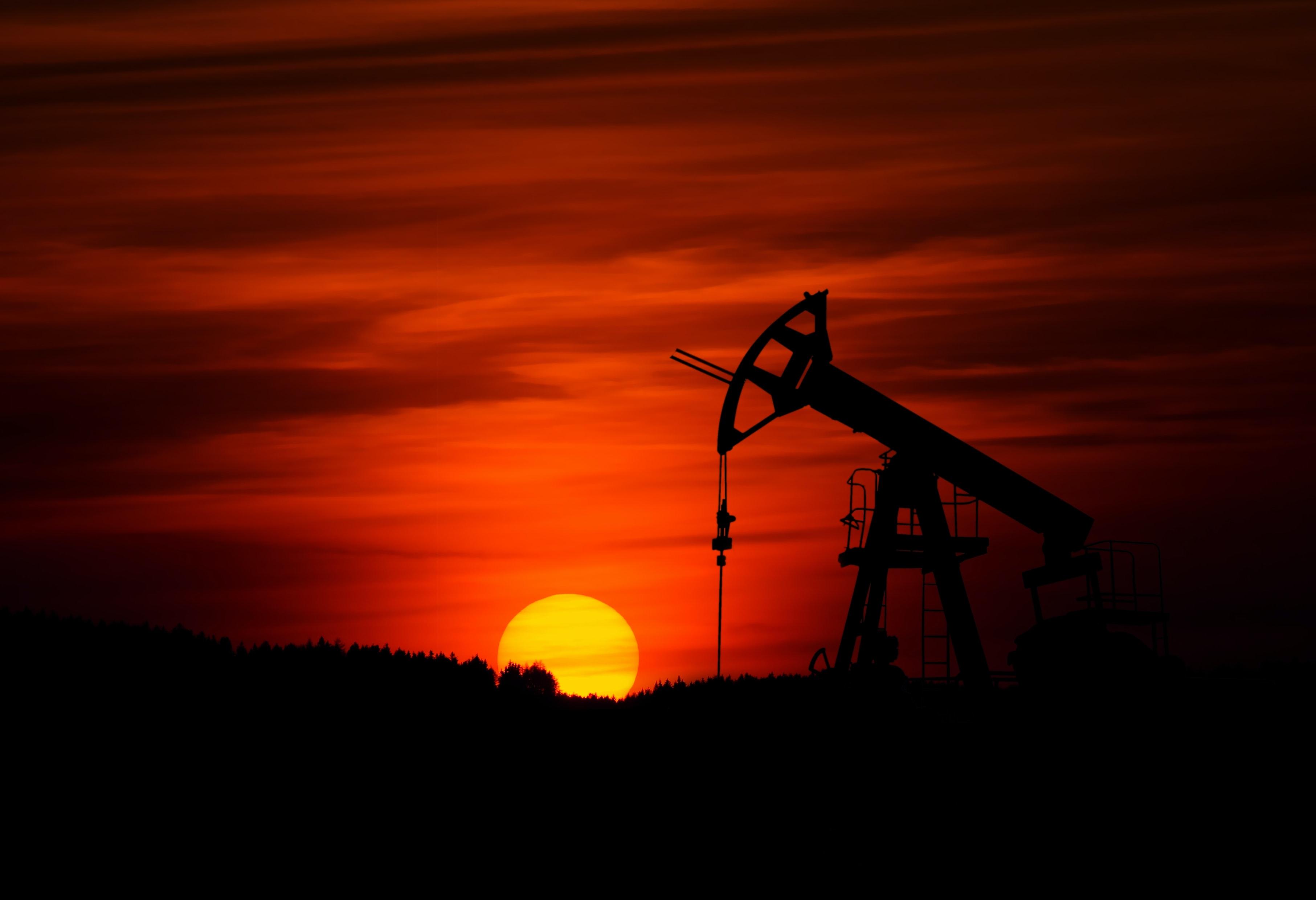 El petróleo cae arrastrado por la mayor acumulación de inventarios